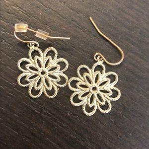 Jewelry - Gold flower earrings